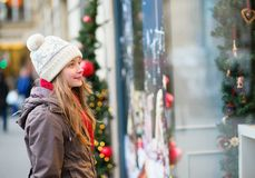 Muchacha en una calle parisiense que mira ventanas de la tienda Fotos de archivo