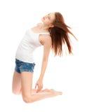 Muchacha en una camisa blanca y pantalones cortos azules Foto de archivo