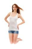 Muchacha en una camisa blanca y pantalones cortos azules Imágenes de archivo libres de regalías