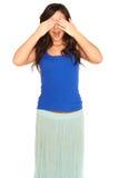 Muchacha en una camisa y una falda que la cubren ojos aislados Imagenes de archivo