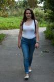 Muchacha en una camiseta blanca Fotografía de archivo libre de regalías