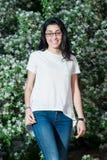 Muchacha en una camiseta blanca al aire libre Imágenes de archivo libres de regalías