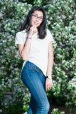 Muchacha en una camiseta blanca al aire libre Foto de archivo