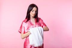 Muchacha en una capa rosada con la toalla Imagenes de archivo