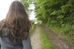 Muchacha en una carretera nacional Imagen de archivo