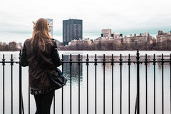 Muchacha en una cerca en el Central Park en Manhattan, New York City Imagenes de archivo