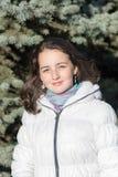 Muchacha en una chaqueta blanca Fotografía de archivo