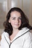 Muchacha en una chaqueta blanca Foto de archivo libre de regalías