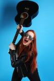 Muchacha en una chaqueta de cuero negra con una guitarra Imágenes de archivo libres de regalías