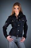 Muchacha en una chaqueta de los pantalones vaqueros imágenes de archivo libres de regalías
