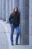 Muchacha en una chaqueta negra Imagen de archivo libre de regalías