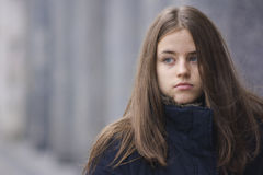 Muchacha en una chaqueta negra Fotos de archivo