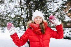 Muchacha en una chaqueta roja en invierno Imagen de archivo