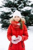 Muchacha en una chaqueta roja en invierno Imagen de archivo libre de regalías
