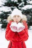 Muchacha en una chaqueta roja en invierno Fotos de archivo libres de regalías