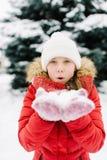 Muchacha en una chaqueta roja en invierno Imagenes de archivo