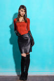 Muchacha en una chaqueta roja y una falda negra fotos de archivo libres de regalías