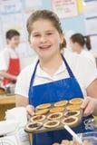 Muchacha en una clase de cocinar Imagen de archivo