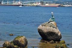 Muchacha en una escultura del traje mojado en Vancouver, Canadá Foto de archivo