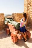 Muchacha en una fortaleza Fotografía de archivo