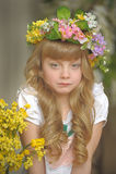 Muchacha en una guirnalda de flores Fotografía de archivo