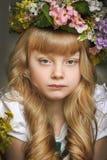 Muchacha en una guirnalda de flores Foto de archivo libre de regalías
