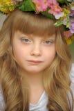 Muchacha en una guirnalda de flores Fotos de archivo libres de regalías