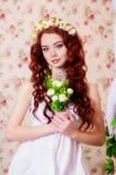 Muchacha en una guirnalda de flores Foto de archivo