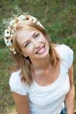 Muchacha en una guirnalda de flores en un fondo del Forest Green Foto de archivo libre de regalías