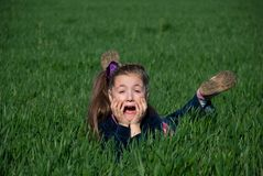 Muchacha en una hierba Fotos de archivo libres de regalías