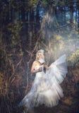 Muchacha en un vestido de boda Imagenes de archivo