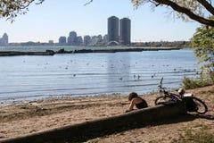 Muchacha en una orilla del lago Foto de archivo