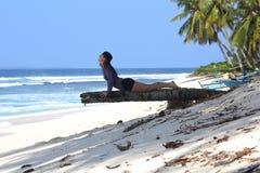 Muchacha en una palmera en Indonesia foto de archivo