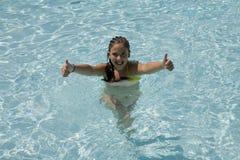 Muchacha en una piscina Fotografía de archivo