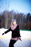 Muchacha en una pista de patinaje Foto de archivo libre de regalías