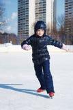 Muchacha en una pista de patinaje Fotografía de archivo libre de regalías
