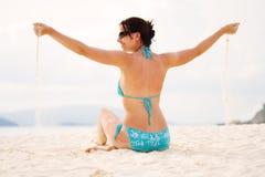 Muchacha en una playa imagenes de archivo
