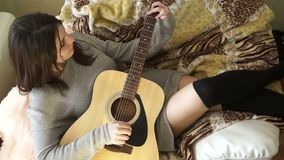 Muchacha en una silla con una guitarra almacen de video