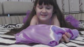 Muchacha en una sonrisa hermosa del vestido metrajes