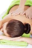 Muchacha en una terapia de piedra, masaje de piedra caliente Imagen de archivo