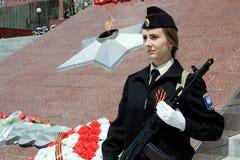 Muchacha en uniforme con la cinta y las armas de San Jorge Fotos de archivo