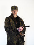 Muchacha en uniforme con un arma y un cuchillo Fotos de archivo libres de regalías