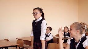 Muchacha en uniforme escolar en las subidas de la clase que contestarían almacen de metraje de vídeo