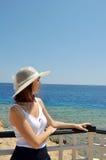 Muchacha en vacaciones de verano del sombrero en el mar Foto de archivo