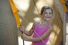 Muchacha en vacaciones que acampan Fotografía de archivo