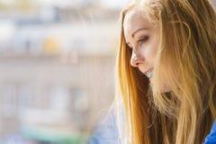 Muchacha en ventana que disfruta de día soleado Fotografía de archivo libre de regalías