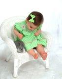 Muchacha en verde y conejito fotografía de archivo