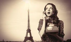 Muchacha en vestido con el teléfono de dial Foto de archivo