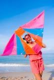 Muchacha en vestido con las gafas de sol en la playa del mar imagen de archivo libre de regalías