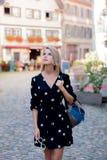 Muchacha en vestido negro que camina abajo de la calle en Estrasburgo imagen de archivo